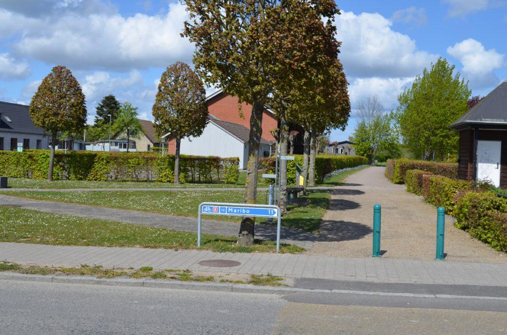 Jernbanestien i Holeby med pumpe og ladestation til elcykler. Skilt for Østersøruten N8 viser til højre